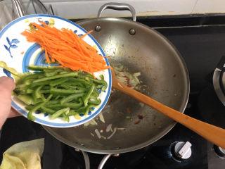 杏鮑菇炒牛肉?等閑識得東風面,轉中火,加入青椒胡蘿卜絲,翻炒半分鐘