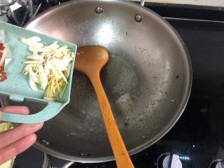 杏鮑菇炒牛肉?等閑識得東風面,留底油,加入蒜片姜絲小火煸香