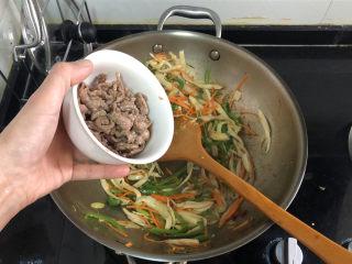杏鮑菇炒牛肉?等閑識得東風面,加入牛肉絲,翻炒半分鐘