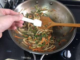 杏鮑菇炒牛肉?等閑識得東風面,翻炒均勻,嘗下咸淡,根據個人口味添加少許鹽定味。