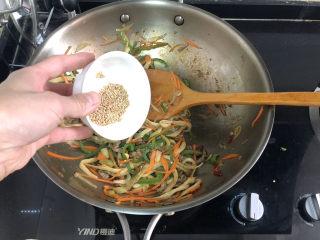 杏鮑菇炒牛肉?等閑識得東風面,最后加入熟白芝麻,翻炒均勻出鍋,