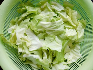 爆炒卷心菜,卷心菜对半切开,用手撕成小块的。将卷心菜清洗干净并沥干水份