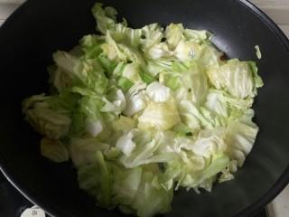爆炒卷心菜,翻炒至卷心菜变软