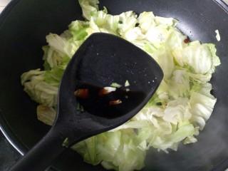 爆炒卷心菜,加入一勺香醋,翻炒均匀,这样能让包菜爽口