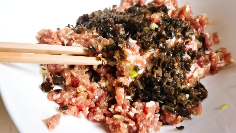 韭菜猪肉馅水饺,将剁好的木耳加入肉馅中拌匀。