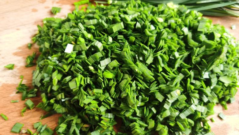 韭菜猪肉馅水饺,控干水分的韭菜切碎。