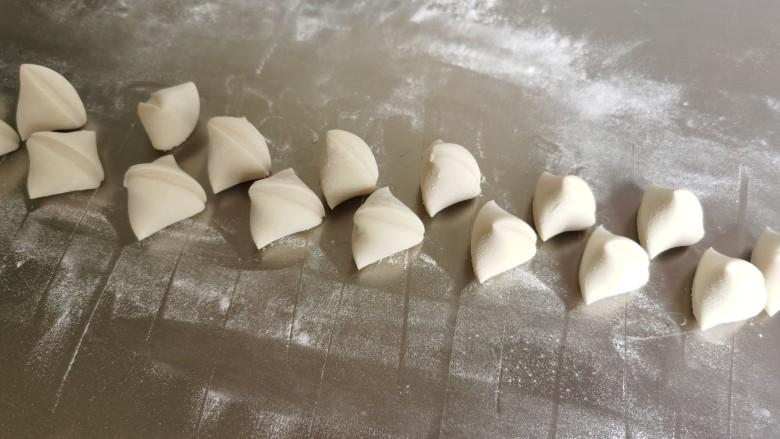 韭菜猪肉馅水饺,切成大小均匀的小剂子。