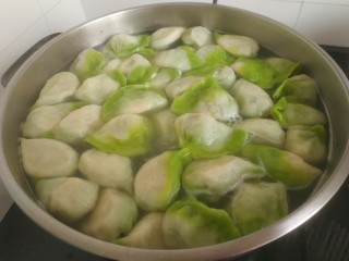 韭菜豬肉餡水餃,然后點三次冷水,燒開,餃子個個鼓起,關火出鍋