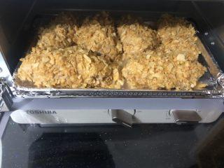 薯片雞翅,全部做好后擺在鋪有錫紙的烤盤上。放入180度預熱好的烤箱里。