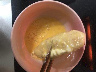 薯片雞翅,再裹上雞蛋液。