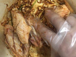 薯片雞翅,給它抓勻后放入冰箱冷藏腌制一晚上,至少2小時。