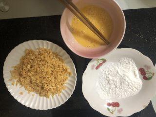 薯片雞翅,準備適量淀粉,一個雞蛋打散,薯片給它敲打碎。