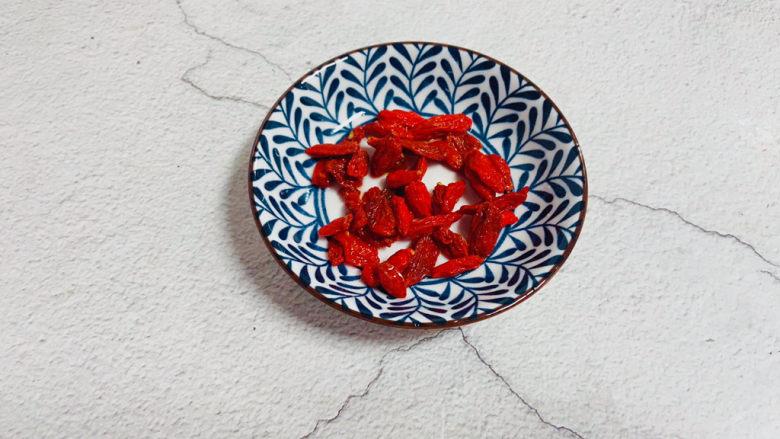 苹果银耳红枣汤,枸杞清洗干净泡软备用