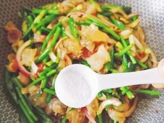 蒜苔炒牛蹄筋,翻炒均匀,加盐调味