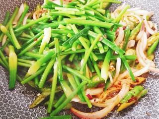 蒜苔炒牛蹄筋,再将蒜苔加入翻炒均匀