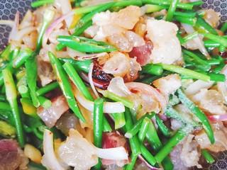 蒜苔炒牛蹄筋,再加入适量白糖提鲜,继续翻炒均匀
