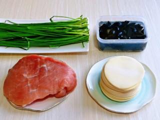 韭菜豬肉餡水餃,準備食材,豬肉我選用的后腿肉,可以根據個人喜歡選擇,黑木耳提前泡發。