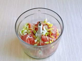韭菜豬肉餡水餃,放入絞肉機中,加入蔥姜。