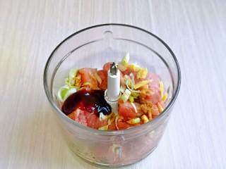 韭菜豬肉餡水餃,再加入蠔油,啟動絞肉機絞成肉糜。