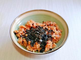 韭菜豬肉餡水餃,取出絞好的肉糜,再加入攪碎的黑木耳。
