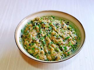 韭菜豬肉餡水餃,再加入靜置好的肉糜中,再加入適量純凈水,順時針攪拌均勻。