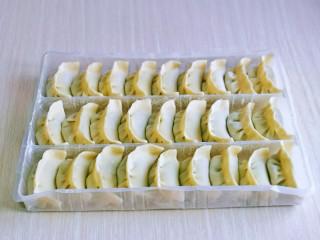 韭菜豬肉餡水餃,依次包完,我包的比較多,吃不完可以速凍,想吃的時候,取出來煮,特別方便。