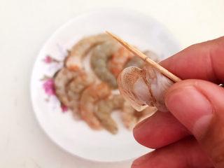 莴笋炒虾仁,挑出虾线
