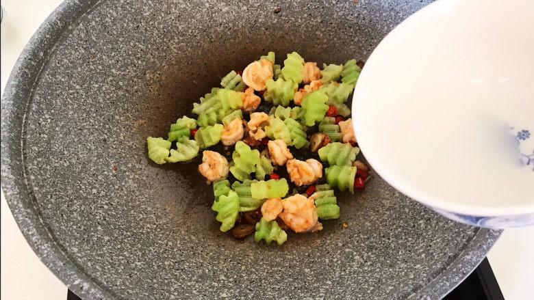 莴笋炒虾仁,加入水淀粉
