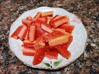萵筍炒蝦仁,將胡蘿卜洗凈切成條狀。
