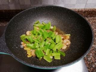 萵筍炒蝦仁,放入萵筍翻炒片刻。