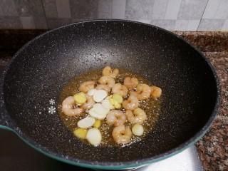 萵筍炒蝦仁,放入生姜和大蒜片翻炒出香味。