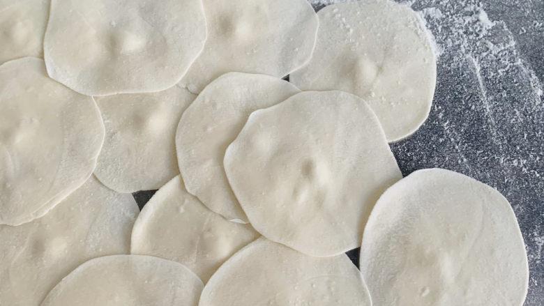 韭菜猪肉馅水饺,均匀的擀成中间厚边缘薄面皮。