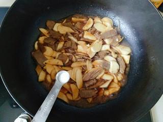 杏鮑菇炒牛肉,翻炒片刻,加入1克鹽翻炒均勻