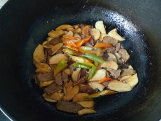杏鮑菇炒牛肉,加入青椒段翻炒30秒即可