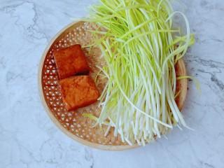 韭黃炒香干,新鮮多久韭黃顏色鮮黃,根根均勻。
