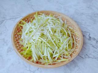 韭黃炒香干,豆干對半切開再切成片。