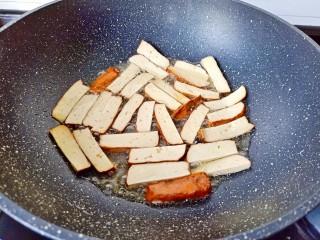 韭黃炒香干,熱鍋熱油下豆干翻炒。