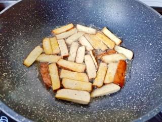 韭黃炒香干,把豆干煎至兩面微黃。