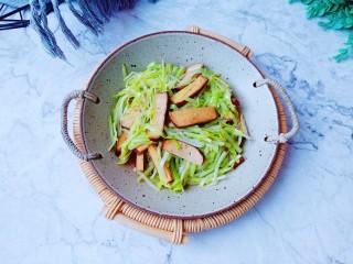 韭黃炒香干,加上豆干的香味,簡單快手菜五分鐘炒一盤。