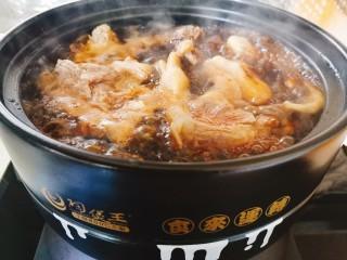 砂鍋鹵味拼盤,蓋蓋子大火燒開,轉中小火燜煮一小時,中間記得攪拌兩次,以免糊底。