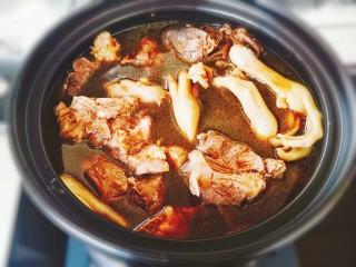 砂鍋鹵味拼盤,鹵料老湯倒入砂鍋中煮開,加干辣椒,蔥姜蒜,冰糖,老抽,再加入鴨爪和牛肉