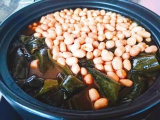 砂鍋鹵味拼盤,然后把海帶結和花生米加入砂鍋中