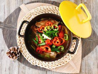 解锁鲤鱼简单又馋人的吃法,黄焖砂锅鱼,汤浓味美