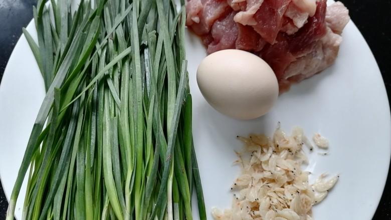 韭菜猪肉馅水饺,准备好所需材料