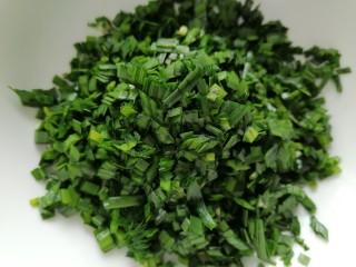 韭菜豬肉餡水餃,將韭菜切成小段