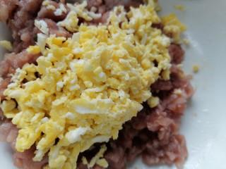 韭菜豬肉餡水餃,將雞蛋剁碎加入肉餡里