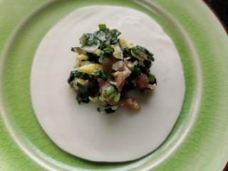 韭菜豬肉餡水餃,取一張餃子皮中間放上餃子餡
