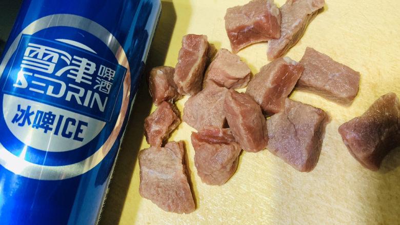 啤酒炖牛肉,<a style='color:red;display:inline-block;' href='/shicai/ 216'>牛肉</a>切大块,<a style='color:red;display:inline-block;' href='/shicai/ 897'>啤酒</a>一瓶待用;