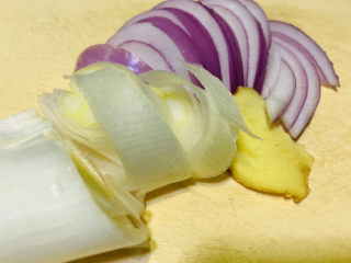 韭菜炒鴨血,準備大蔥、洋蔥、姜片;