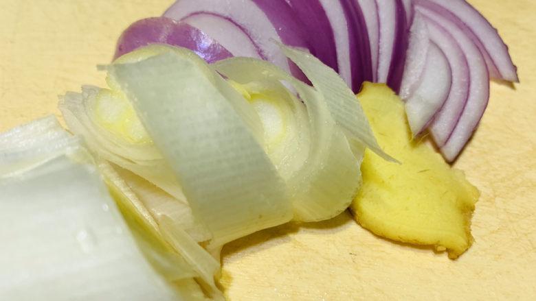 韭菜炒鸭血,准备大葱、洋葱、姜片;